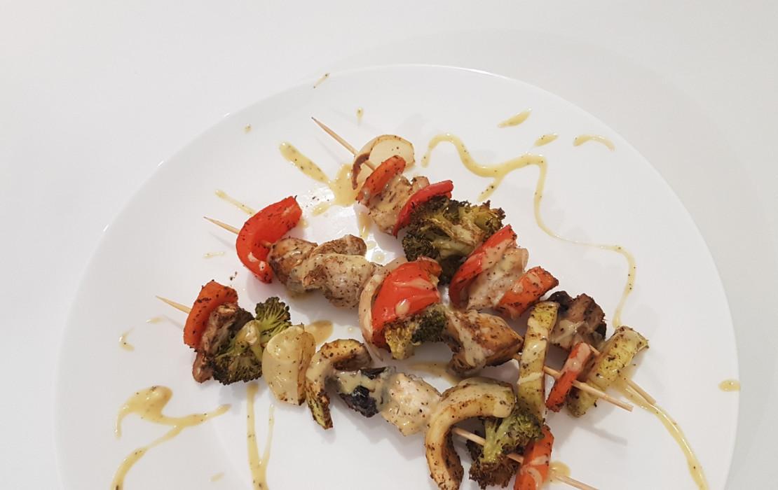 Upieczone szaszłyczki mięsno - warzywne.