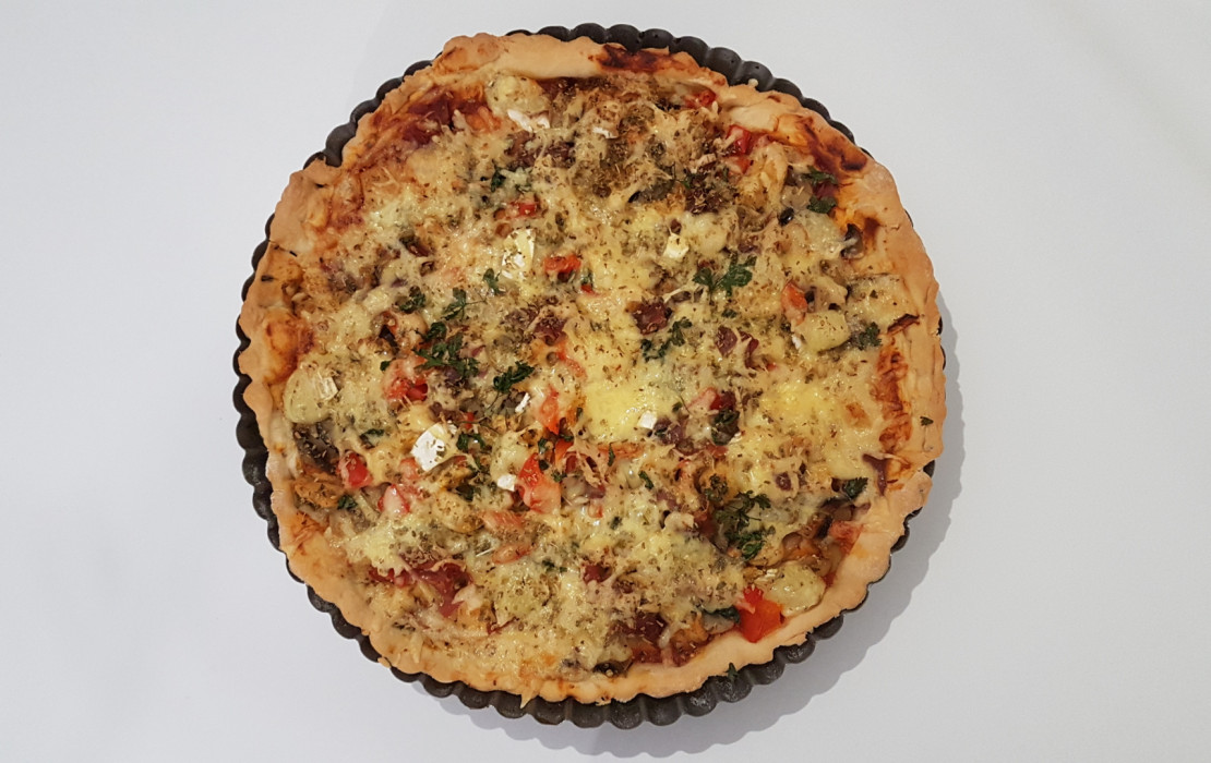 Domowa pizza z ulubionymi dodatkami.