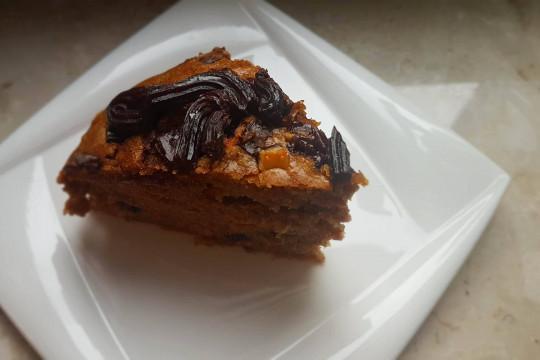 1 porcja ciasta marchewkowego z polewą czekoladową.