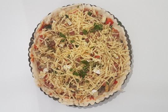Pizza przed włożeniem do piekarnika.