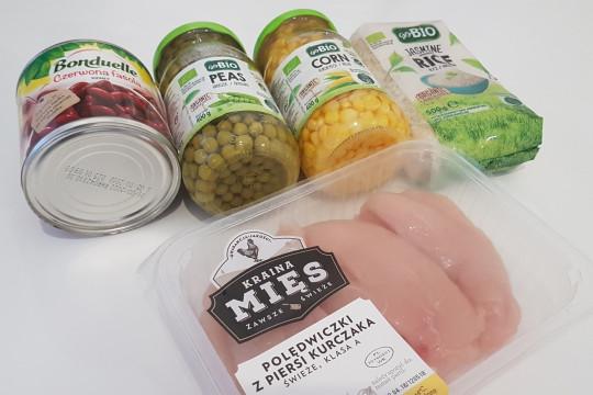 Fasola, groszek zielony, kukurydza, polędwiczki z piersi z kurczaka i ryż.