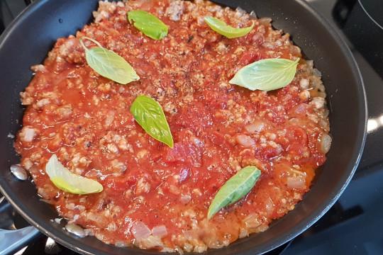 Podsmażamy farsz pomidorowy z mięsem mielonym, czosnkiem, cebulką i przyprawami.