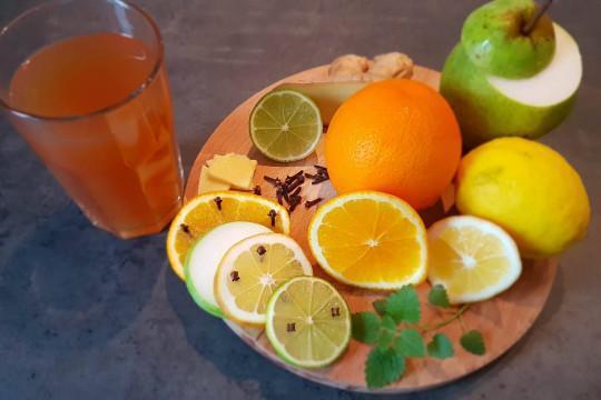 Zaparzona herbatka z sokiem i miodem czeka na kolejne składniki.