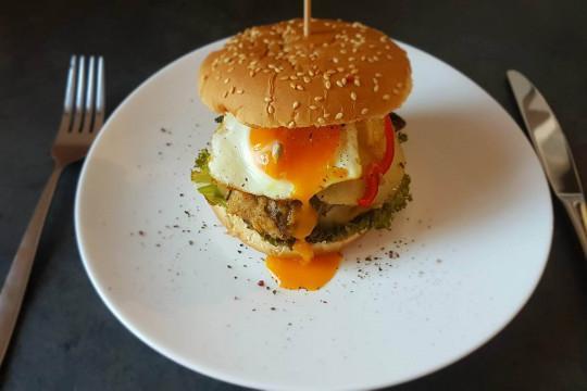 Domowy burger z mięsa z indyka.