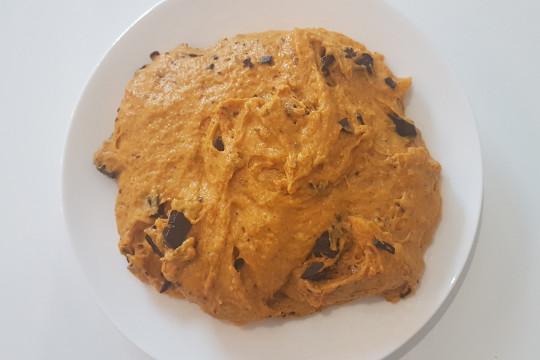 Wymieszane składniki przed uformowaniem ciasteczek.