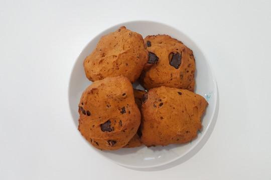 Ciepłe ciasteczka gotowe do spożycia.