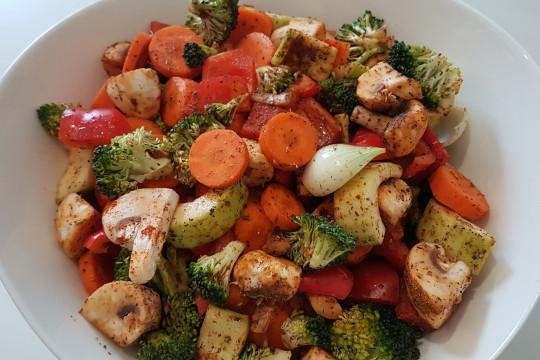 Pokrojone warzywa w ziołach.
